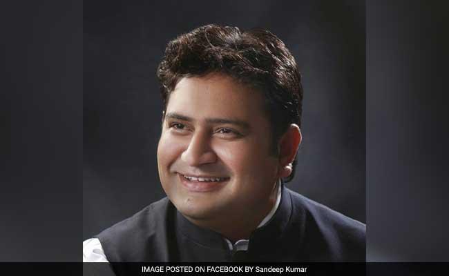 अरविंद केजरीवाल ने आपत्तिजनक सीडी मिलने के बाद अपने मंत्री संदीप कुमार को पद से हटाया