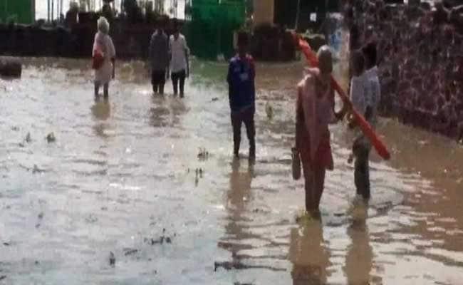 यूपी में बारिश से हालात खराब, रिहाइशी इलाकों में घुसा पानी, लोग परेशान