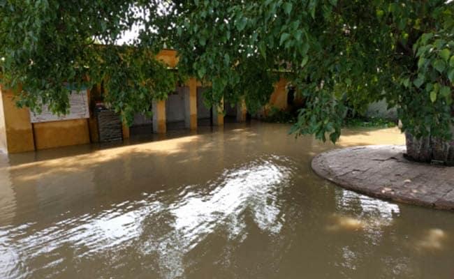 बारिश और बाढ़ की वजह से यूपी में फैल रहीं बीमारियां, इलाज कर रहे झोलाछाप डॉक्टर