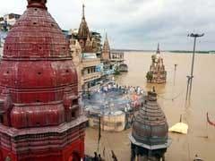 वाराणसी में गंगा के घाट डूबे पानी में, मकानों की छतों पर हो रहे हैं अंतिम संस्कार