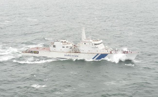 मुंबई : तटरक्षक बल ने संकट में फंसी नौका से चार नाविकों को बचाया