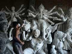 রথের রশিতে টান, দুর্গা প্রতিমার গায়ে পড়ল মাটি