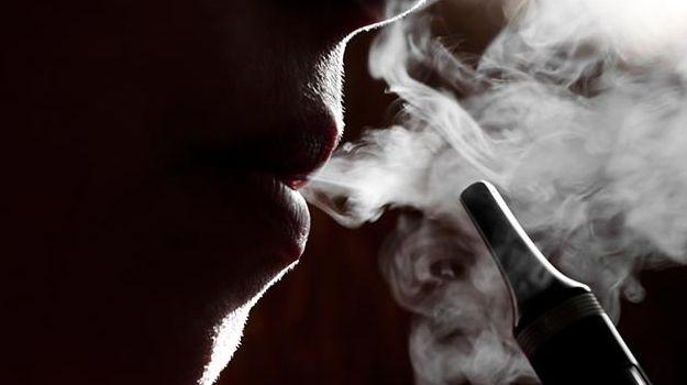 इस देश में ई-सिगरेट पीने से 18 की मौत और हज़ारों बीमार, भारत में हो चुकी है Ban