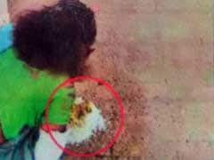 फिर दिखी झकझोर देने वाली तस्वीर : रांची के अस्पताल में मरीज़ को फर्श पर परोसा खाना, कहा - प्लेट नहीं हैं