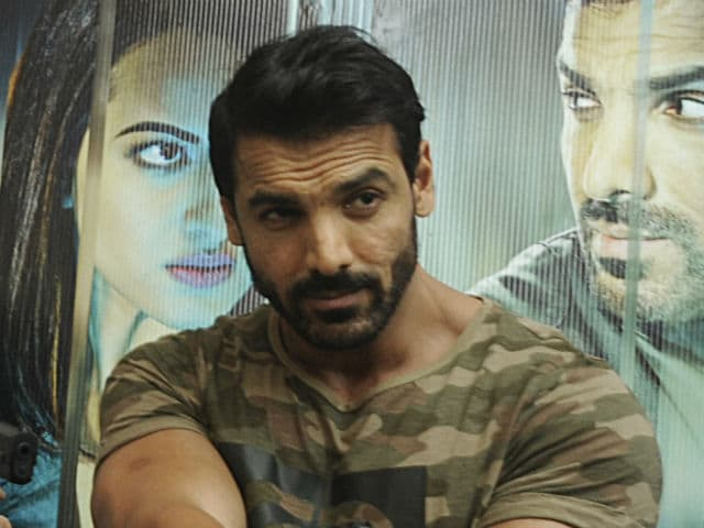 john abraham pushing fans - 640×480