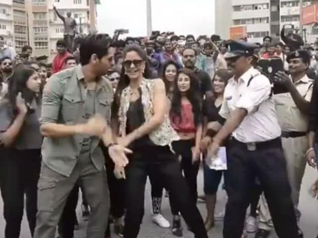 Sidharth-Katrina Teach Indore's Moonwalking Cop Their Kala Chashma Moves