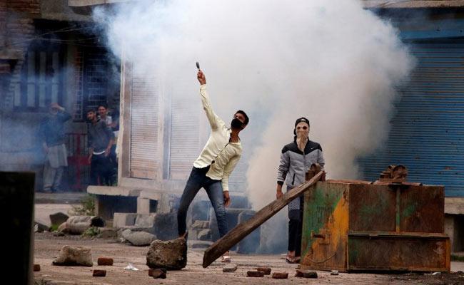 सरकार के दावों के विपरीत नोटबंदी से कम नहीं हुई है कश्मीर में पत्थरबाजी