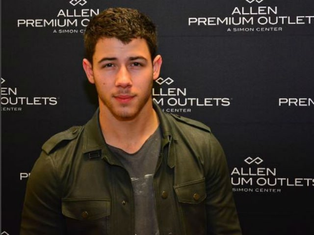 Nick Jonas Holidays With a Venezuelan Model in Hawaii