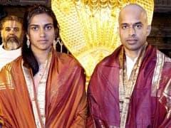 कोच गोपीचंद के साथ तिरुपति मंदिर पहुंचीं सिंधु, मन्नत पूरी होने पर गोपी ने सिर मुंडवाया..