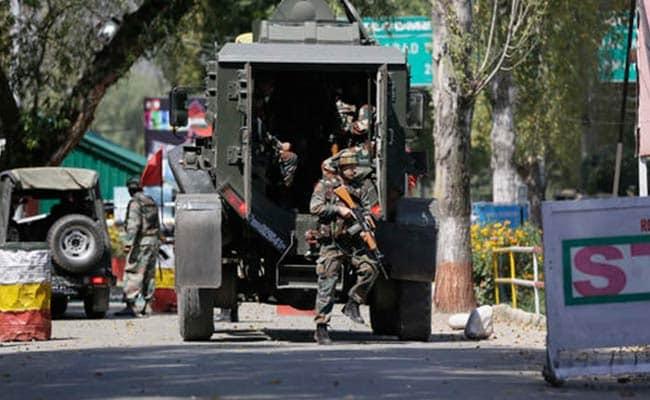 जम्मू कश्मीर के पुलवामा में सेना के काफिले पर आतंकी हमला, IED का किया गया इस्तेमाल