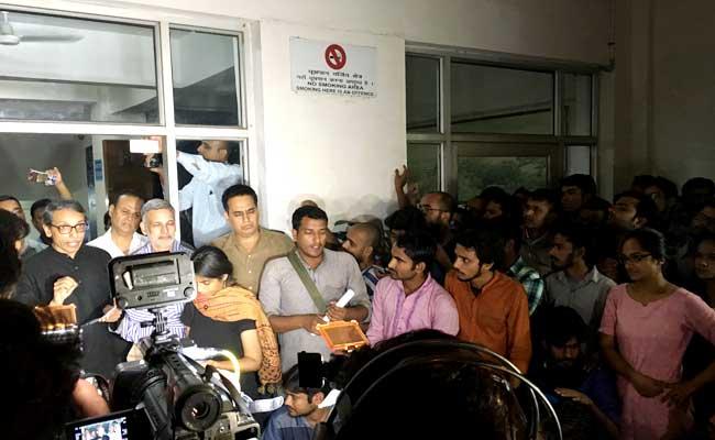 JNU छात्र की गुमशुदगी : वीसी ने कहा, छात्रों ने हमारी पत्नियों को भी मिलने नहीं दिया- 10 अपडेट