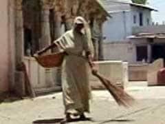 सरकार के लाख दावों के बावजूद गुजरात में चल रहा है 'सिर पर मैला ढोने' का घिनौना काम