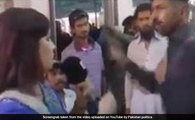 कैमरे में कैद: पाकिस्तानी कॉन्स्टेबल ने महिला रिपोर्टर को जड़ा जोरदार थप्पड़, हवाई फायर भी किए