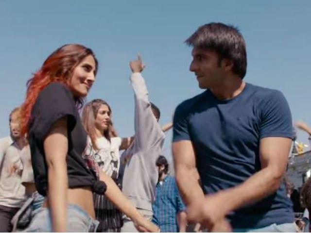 Befikre Dance Off: Ranveer Singh vs Vaani Kapoor in Nashe Si Chadh Gayi