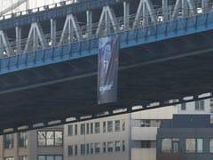 न्यूयॉर्क सिटी ब्रिज पर रूसी राष्ट्रपति व्लादिमिर पुतिन का बैनर देखा गया