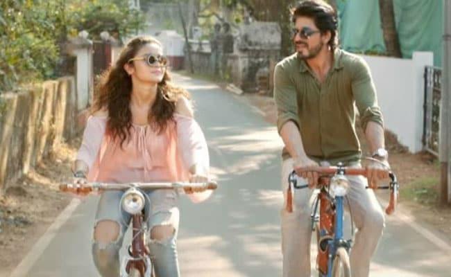 रिव्यू : 'डियर जिंदगी' में शाहरुख-आलिया का अभिनय उम्दा पर कहानी न के बराबर