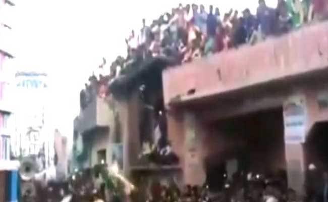 कैमरे में कैद : बरेली में मेले का आनंद ले रहे लोगों पर गिरा छज्जा, दो मरे, 12 घायल