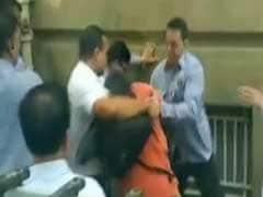 साइरस मिस्त्री के सुरक्षाकर्मियों और मीडिया के बीच धक्कामुक्की, एक फोटोग्राफर चोटिल