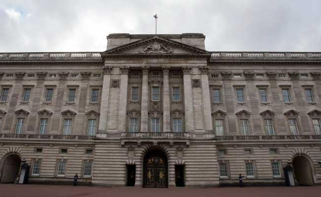 Media Gather Outside Buckingham Palace As Rumours Swirl