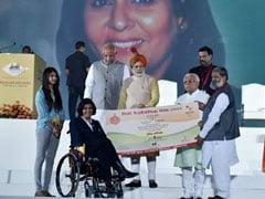पीएम नरेंद्र मोदी ने पैरालिंपिक पदक विजेता दीपा मलिक को चार करोड़ रुपये का चेक सौंपा