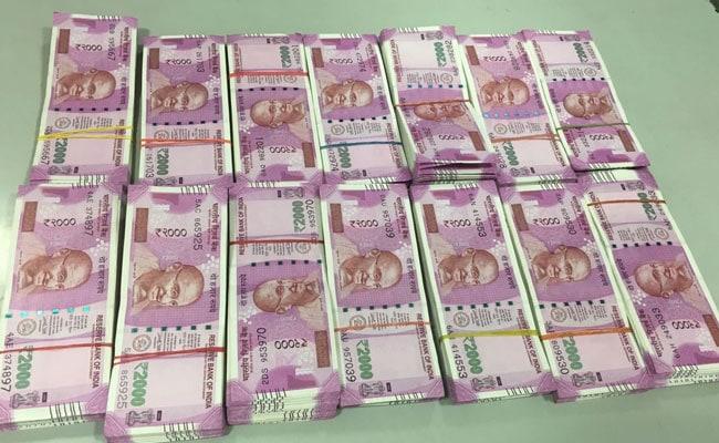दिल्ली : निजामुद्दीन स्टेशन के बाहर कार से 27 लाख रुपये के नए नोट बरामद, दो गिरफ्तार