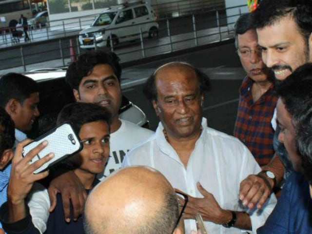 Rajinikanth Was Crowded by Selfie-Seekers at Mumbai Airport