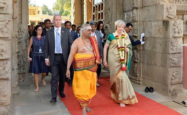 जब बेंगलुरु के मंदिर में साड़ी पहनकर पहुंचीं ब्रिटिश प्रधानमंत्री थेरेसा मे