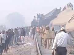 कानपुर में हादसे की शिकार हुई इंदौर-पटना एक्सप्रेस में सवार यात्रियों के परिजन पहुंचे रेलवे स्टेशन