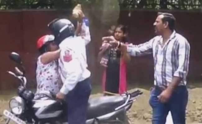 ट्रैफिक पुलिसकर्मी से मारपीट के मामले में महिला के खिलाफ FIR, साल भर पहले हुआ था वीडियो वायरल