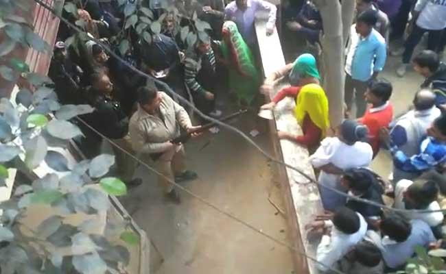पश्चिमी यूपी : बैंक के बाहर हंगामा, कॉन्स्टेबल ने हवा में गोली चलाई, औरतों ने चप्पलों से की पिटाई