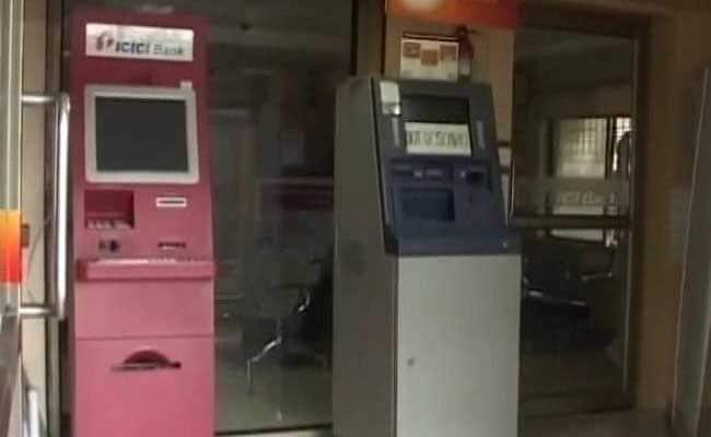 एटीएम तोड़ नहीं पाए तो 30 लाख रुपये से भरी पूरी मशीन ही ले भागे चोर