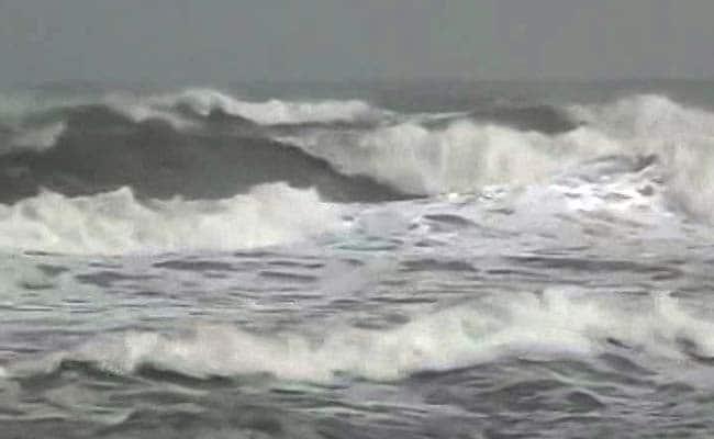 कमजोर पड़े चक्रवात नाडा ने दी तमिलनाडु में दस्तक, कई हिस्सों तेज हवाओं के साथ बारिश