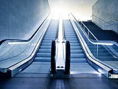 कोलकाता: मेट्रो स्टेशन पर अचानक नीचे की तरफ चलने लगी स्वचालित सीढ़ी, गिरकर लोग हुए घायल
