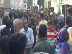 दिल्ली : गम और गुस्से के बीच उजड़ रही है कठपुतली कॉलोनी