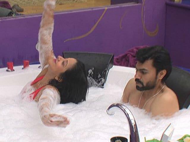 Bigg Boss 10: Monalisa And Gaurav Chopra In The Jacuzzi - Wait. What? Why?