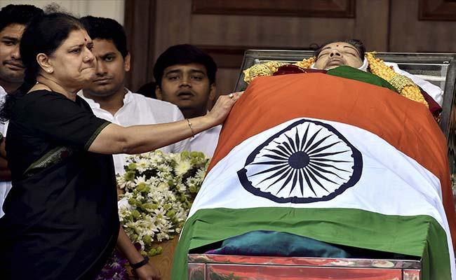 आखिर हिंदू रीति-रिवाज से हो ही गया जयललिता का अंतिम संस्कार, ये कारण रहे...