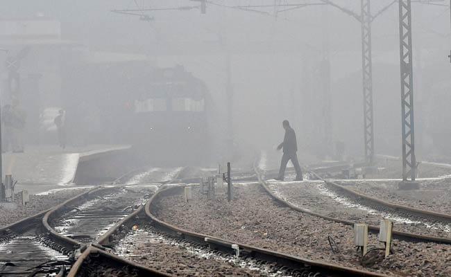 दिल्ली में धुंधभरी सुबह, 64 ट्रेनें चल रही हैं देरी से