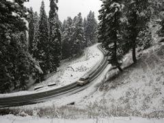PICS : बर्फ की चादर से ढका कश्मीर, बर्फबारी के बाद बेहद खूबसूरत लग रही यहां की फिज़ा
