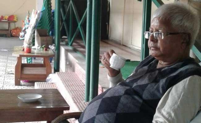 एक यज्ञ कार्यक्रम के दौरान मंच टूटने के कारण राजद प्रमुख लालू प्रसाद को लगी चोट
