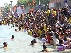 मकर संक्रांति के अवसर पर प्रयाग संगम और अन्य नदियों में पवित्र स्नान करने वालों की भीड़ जुटी