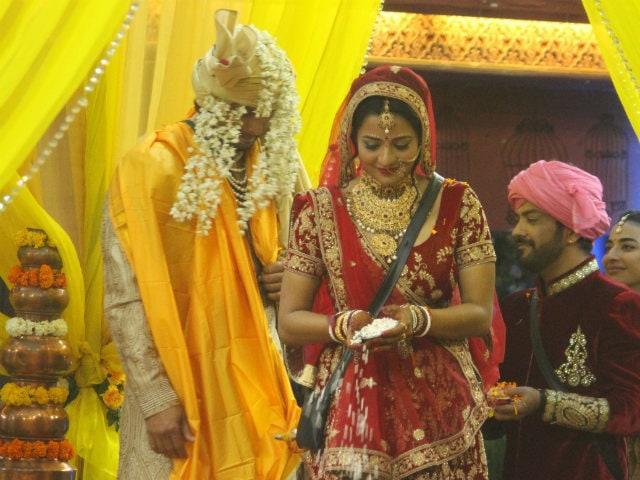 Image result for mona lisa bigg boss 10 marriage