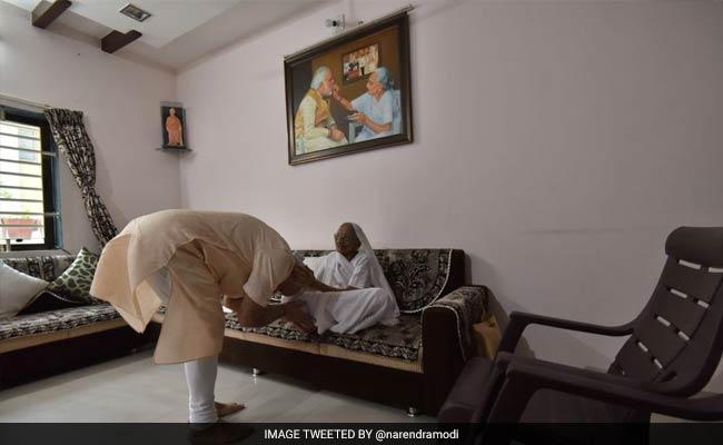 प्रधानमंत्री नरेंद्र मोदी गुजरात दौरे के दौरान अपनी मां हीराबेन से मिले