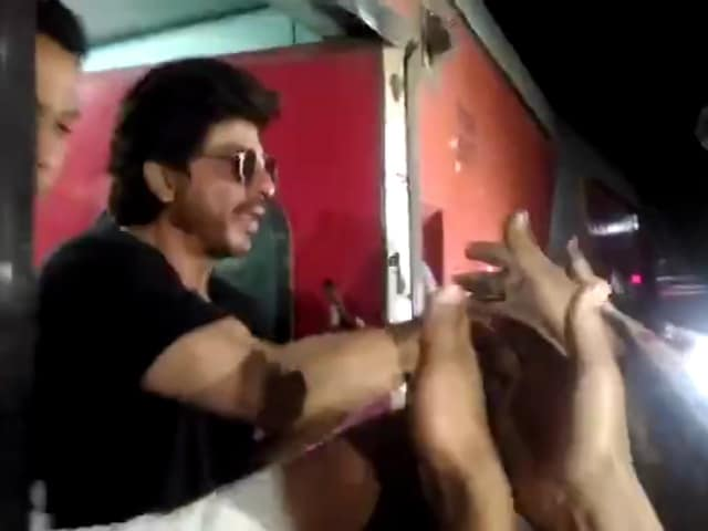 Raees By Rail: Shah Rukh Khan Logged His Train Ride With Posts From Stations Along The Way