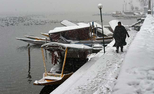 जम्मू-कश्मीर : ताजा बर्फबारी के बाद डोडा में स्कूल बंद