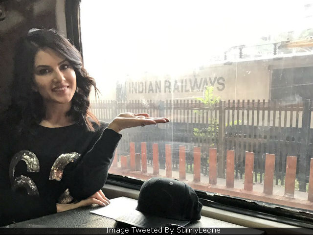 Raees: In Mahira Khan's Absence, Sunny Leone Took The Train With Shah Rukh Khan