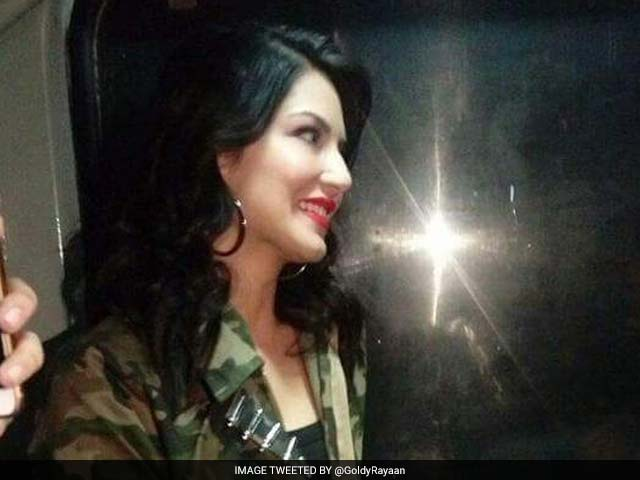 Raees By Rail: While Shah Rukh Khan Met Fans, Sunny Leone Was Looking Out The Window