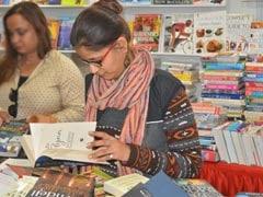 बारिश की परवाह छोड़ दिल्ली पुस्तक मेले में उमड़े पुस्तक प्रेमी