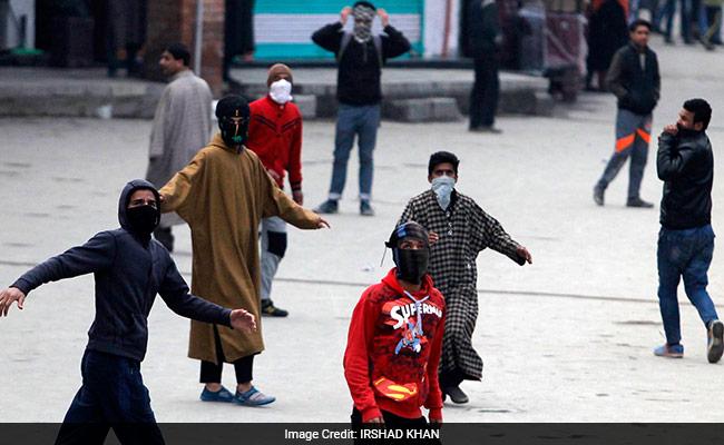 सुरक्षा बलों के सामने बड़ी चुनौती, पत्थरबाजों ने फिर 2 आतंकियों को बचाया