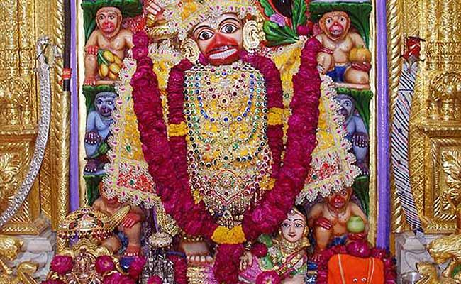 इस मंदिर में हनुमानजी के पैरों में स्त्री-रूप में बैठे हैं शनिदेव