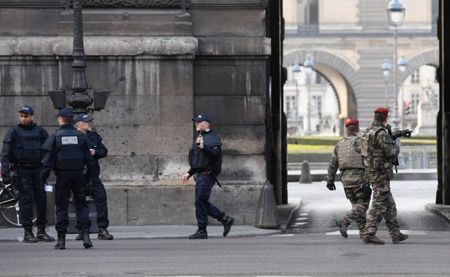 Hundreds Of Visitors Confined In Paris' Louvre After Soldier Shoots Knife Attacker